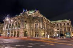 Exposição longa do teatro da ópera em Viena fotografia de stock royalty free