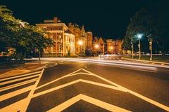 Exposição longa do tráfego e de casas históricas em Logan Circle em foto de stock