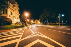 Exposição longa do tráfego e de casas históricas em Logan Circle em fotos de stock royalty free