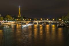 A exposição longa dos barcos trafica no Seine na noite imagem de stock royalty free