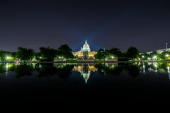 A exposição longa na noite do Capitólio do Estados Unidos com reflete Fotos de Stock Royalty Free