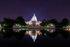 A exposição longa na noite do Capitólio do Estados Unidos com reflete Foto de Stock Royalty Free