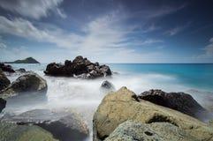 Exposição longa pelas rochas fotografia de stock