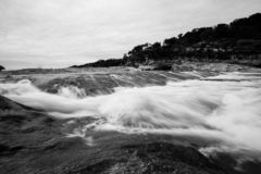 Exposição longa preto e branco do fluxo do rio fotografia de stock