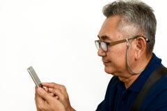 Exposição móvel asiática velha do olhar e do toque do homem imagens de stock