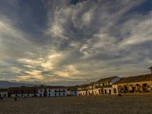 Exposição múltipla das nuvens no por do sol sobre o quadrado principal imagens de stock royalty free