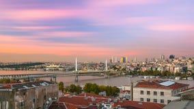 Exposição mais longa ao crepúsculo dourado da ponte do chifre Fotos de Stock