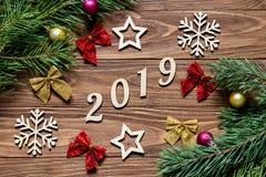 Exposição original da decoração do Natal na tabela de madeira por 2019 anos Fotografia de Stock