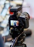 Exposição ou monitor da entrevista video do tiro da câmera de DSLR em uma feira profissional imagem de stock