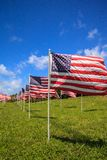 Exposição patriótica de grandes bandeiras americanas múltiplas foto de stock