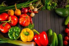 Exposição próxima acima de vegetais orgânicos frescos, de composição com os vegetais orgânicos crus sortidos, da pimenta vermelha Foto de Stock Royalty Free