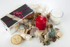Exposição sazonal festiva do Natal com um vidro do leite e da fita Fotografia de Stock Royalty Free