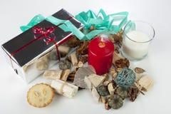Exposição sazonal festiva do Natal com uma vela vermelha e uma fita azul Fotos de Stock Royalty Free