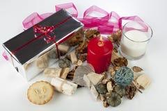 Exposição sazonal festiva do Natal com uma vela vermelha e uma fita cor-de-rosa Fotos de Stock