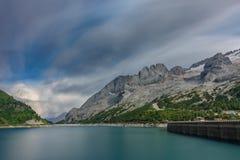 Exposição ultra longa glacial do lago da represa Lago di Fedaia, dolomites imagens de stock royalty free
