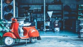 Exposição vermelha antiga da motocicleta do 'trotinette' fotografia de stock