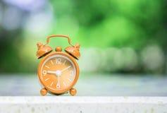 Exposição vermelha do despertador do close up sete horas e quinze minutos Imagens de Stock Royalty Free