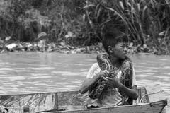 Exposições do menino com uma serpente na seiva de Tonle imagens de stock royalty free