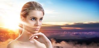 Exposi??o dobro da cara bonita e do por do sol da mulher fotografia de stock royalty free