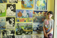 Exposición adolescente del final de la escuela de arte del studentin de la muchacha del artista Fotos de archivo libres de regalías