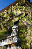 Exposición-alta casa-roca doble con agua rápidamente efluente Fotografía de archivo libre de regalías