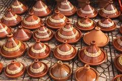 Exposición de cerámica de la cerámica en el bazar de Marrakesh imagen de archivo libre de regalías
