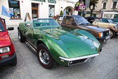 Exposición de coches viejos Interior de un coche viejo Viejo diseño en coches Corbeta vieja verde hermosa convertible, vista late Imágenes de archivo libres de regalías