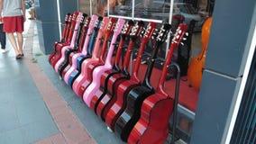 Exposición de guitarras, escaparate comercial de la calle de instrumentos musicales almacen de video