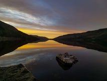 Exposici?n de la foto del mejor del color de agua de la reflexi?n de la salida del sol del lago fotografía de archivo libre de regalías