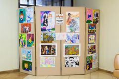 Exposición de los dibujos del ` s de los niños en el pasillo foto de archivo libre de regalías
