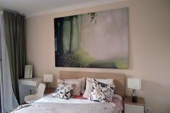 Exposición de los interiores de los apartamentos Dormitorio imagenes de archivo