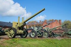Exposición de los pedazos de artillería en el museo militar de la ciudad de Hameenlinna imágenes de archivo libres de regalías