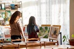 Exposición de pinturas de estudiantes Imagen de archivo libre de regalías