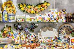 Exposición de productos de cerámica en Imagen de archivo