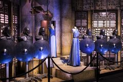 Exposición de trajes y de apoyos del ` The Game de la película del ` de los tronos en las premisas del museo marítimo de Barcelon foto de archivo libre de regalías
