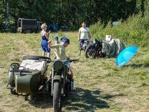 Exposición del equipo militar del vintage en la región de Kaluga en Rusia el 26 de junio de 2016 Imagenes de archivo