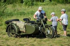 Exposición del equipo militar del vintage en la región de Kaluga en Rusia el 26 de junio de 2016 Fotos de archivo libres de regalías