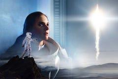 Exposición doble Astronauta en otro planeta Retrato de la muchacha hermosa joven en un spacesuit fotografía de archivo