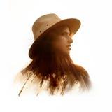 Exposición doble creativa de la mujer hermosa del boho en la puesta del sol en el MES foto de archivo
