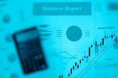 Exposición doble de la calculadora del informe de negocios y del gráfico de la inversión con el espacio de la copia Fotografía de archivo