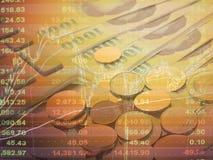 Exposición doble de la carta del gráfico del mercado de bolsa de acción y de los datos de la acción sobre monitor en fondo del di Foto de archivo