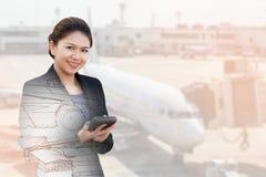 Exposición doble de la empresaria que usa la calculadora con el avión Imagen de archivo libre de regalías
