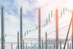 Exposición doble de la estructura de acero del gráfico de la columna y de la acción, del negocio o del concepto de la inversión Foto de archivo libre de regalías