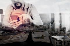 exposición doble de la mano del inconformista usando llave digital del muelle de la tableta Fotos de archivo libres de regalías