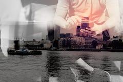 exposición doble de la mano del inconformista usando llave digital del muelle de la tableta Foto de archivo