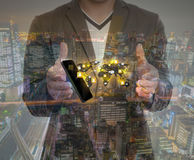 Exposición doble de la mano que celebra la red del social de la demostración del teléfono Fotografía de archivo