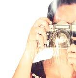 Exposición doble de la mujer joven que celebra el viejo fondo de la cámara y de la naturaleza Imagen de archivo libre de regalías