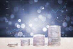Exposición doble de la pila de las monedas del dinero con el gráfico cada vez mayor imagenes de archivo