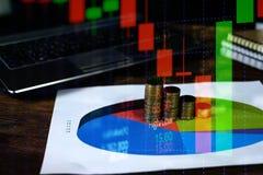 Exposición doble de la pila de la moneda con la boa de la carta de la pantalla del mercado de acción Fotografía de archivo libre de regalías