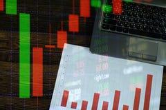 Exposición doble de la pila de la moneda con la boa de la carta de la pantalla del mercado de acción Imágenes de archivo libres de regalías